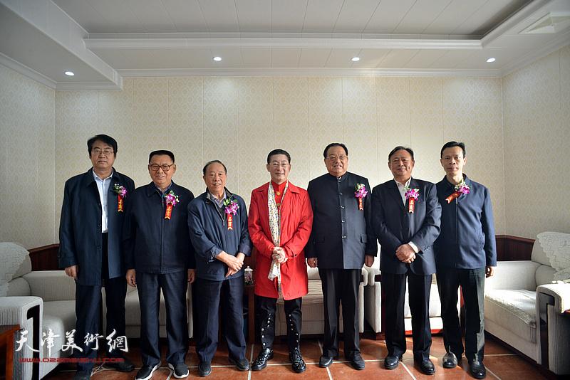 章金莱与李殿仁、李文朝、蒋有泉等在艺术馆。