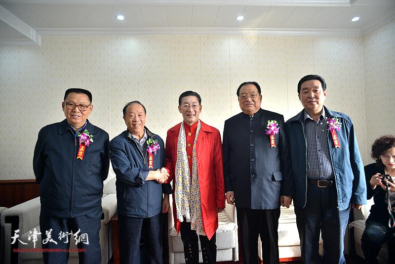 章金莱与李殿仁、李文朝、蒋有泉、陈伟明在艺术馆。