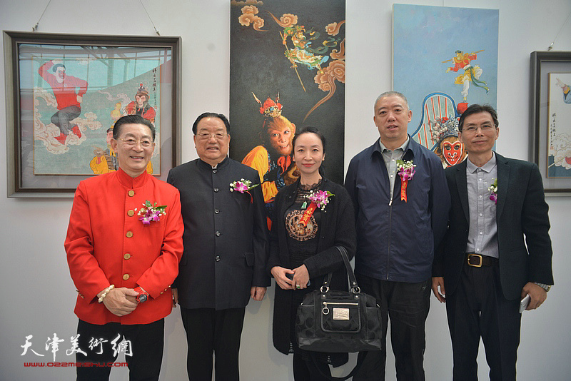 章金莱与李殿仁、冯宽、在艺术馆。