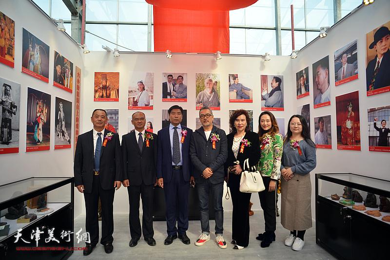 李国春、张富国等在艺术馆。