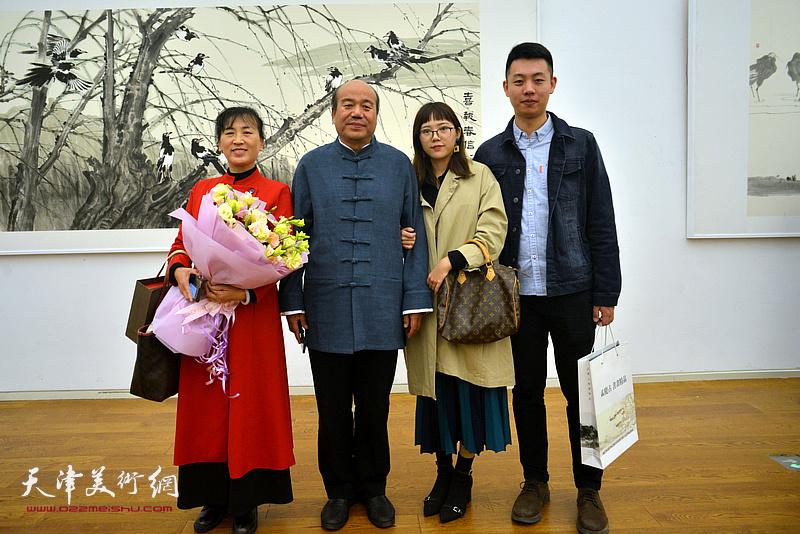 孟庆占与夫人刘凤华子女孟圆、罗右天在展览现场。