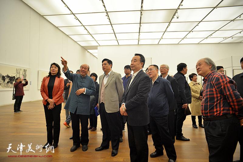孟庆占陪同董伟、高玉葆、刘春雷、金永伟、万镜明、王书平等观赏展出的作品。