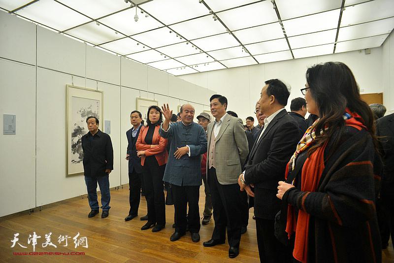 孟庆占陪同董伟、高玉葆、刘春雷、金永伟、万镜明等观赏展出的作品。
