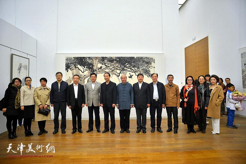 董伟、高玉葆、孟庆占等在展览现场。