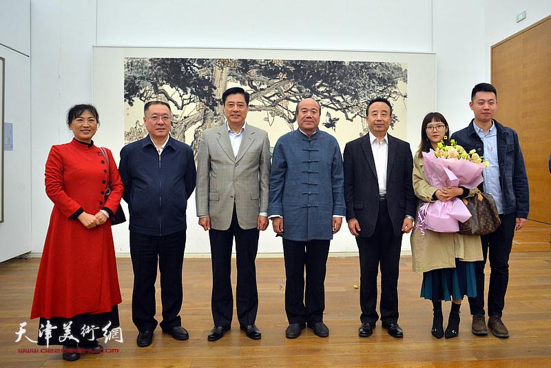 董伟、高玉葆、刘春雷、孟庆占、刘凤华、孟圆、罗右天在展览现场。