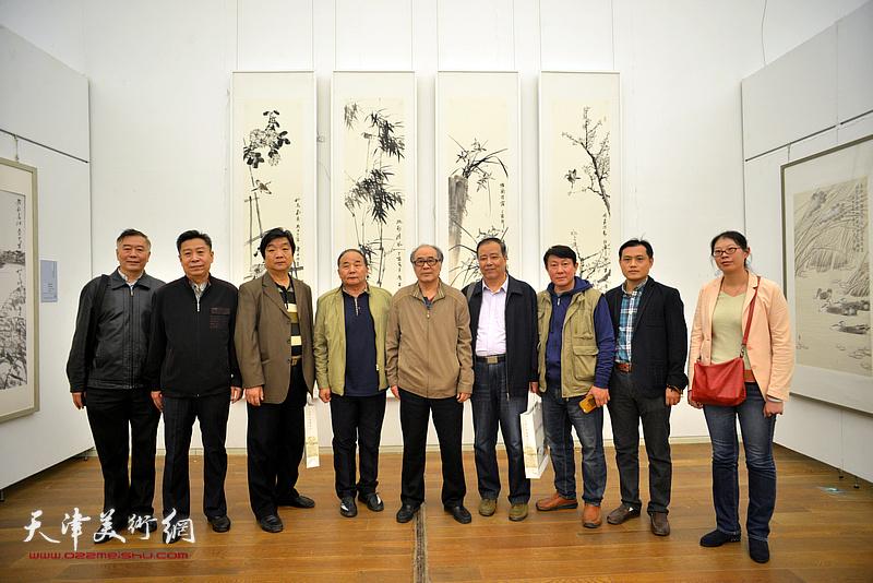 左起:朱来成、李增亭、翟洪涛、李建华、郭书仁、邱和法、主云龙、孙珂在展览现场。