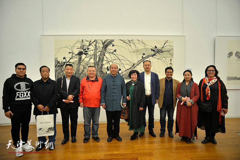 孟庆占与史玉、皮志刚、柴博森、阎勇、于栋华、高嵩、范作彪等在展览现场。