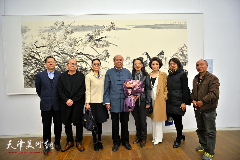 孟庆占与卢永琇、阚传好、李茜等在展览现场。