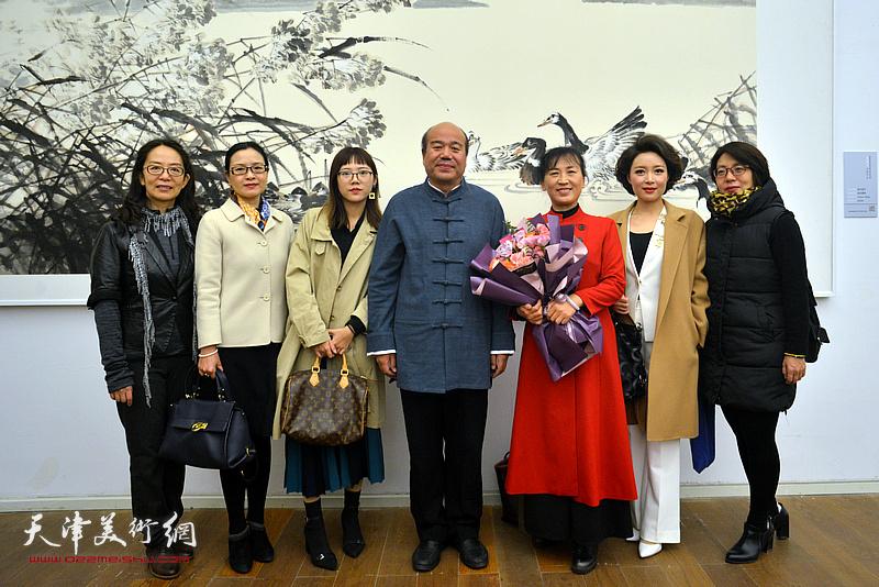 孟庆占与卢永琇、刘凤华、李茜等在展览现场。