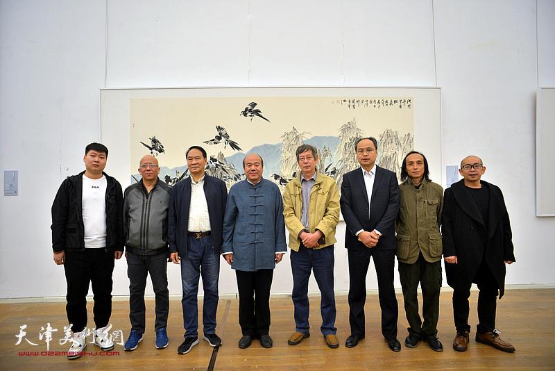 左起:房志鹏、贾文辉、马寒松、孟庆占、王春涛、来宾、阚传好在展览现场。
