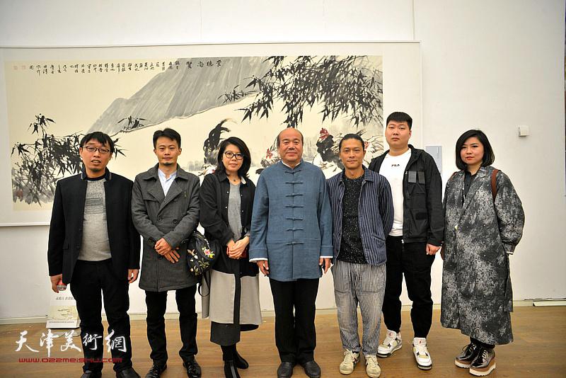 左起:张枕石、张大玮、顾素文、孟庆占、姚铸、房志鹏、王霞在展览现场。