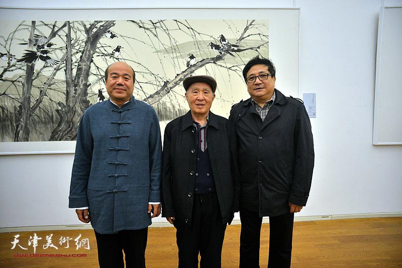 孟庆占与孙贵璞、商移山在展览现场。