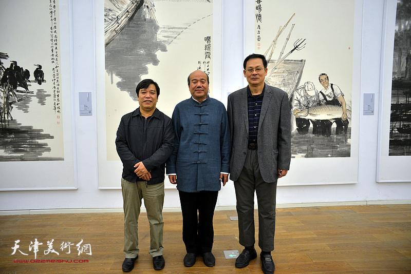 孟庆占与李耀春、潘津生在展览现场。