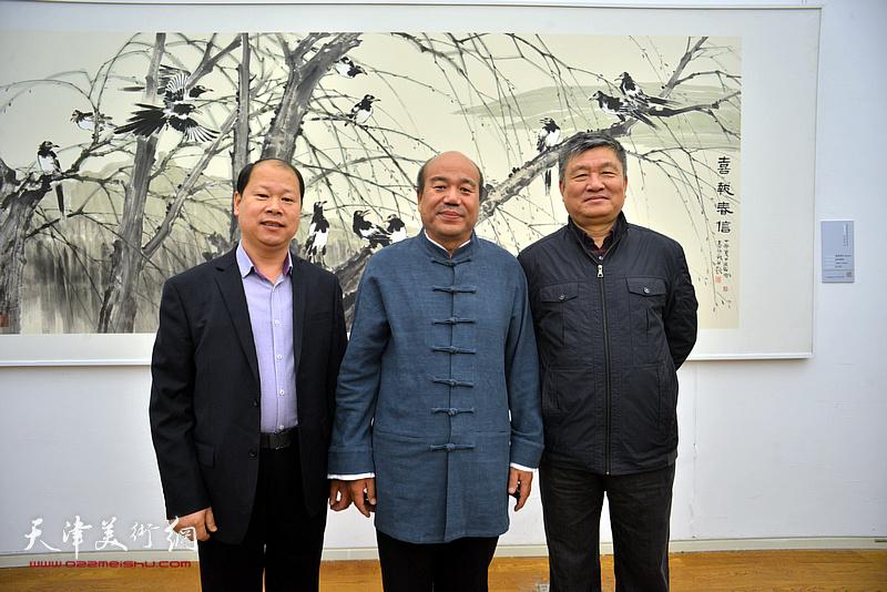 孟庆占与窦宝铁、李锋在展览现场。