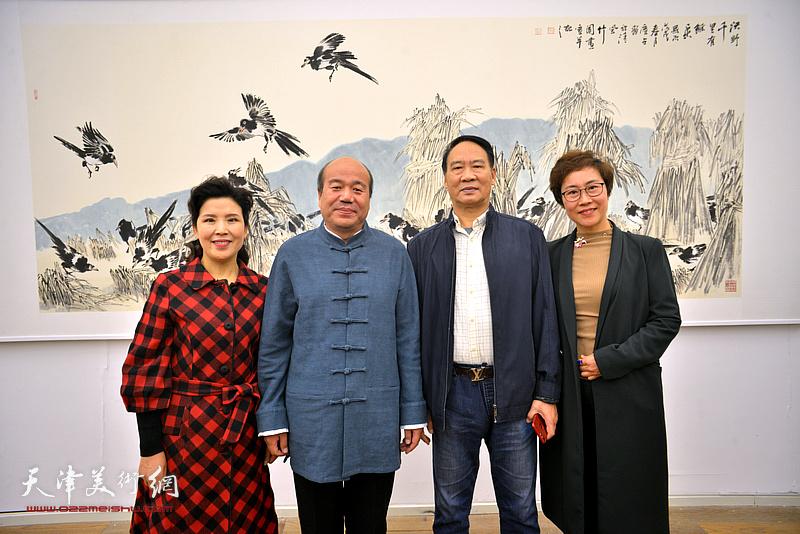 孟庆占与马寒松、陈春、田素芬在展览现场。