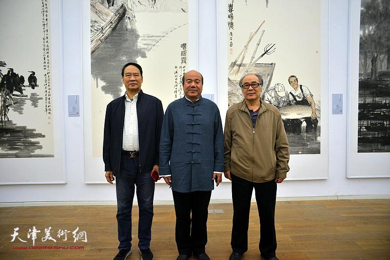 孟庆占与郭书仁、马寒松在展览现场。