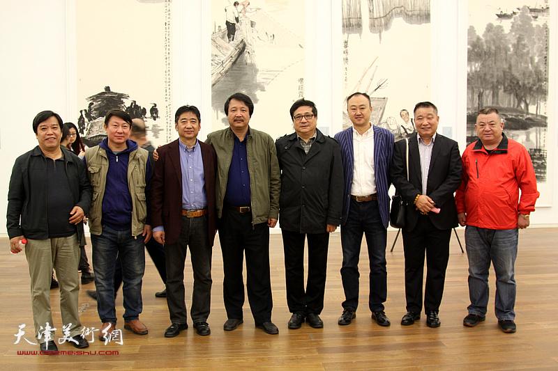 左起:李耀春、主云龙、王爱宗、赵振章、商移山、柴博森、皮志刚、范作彪在展览现场。