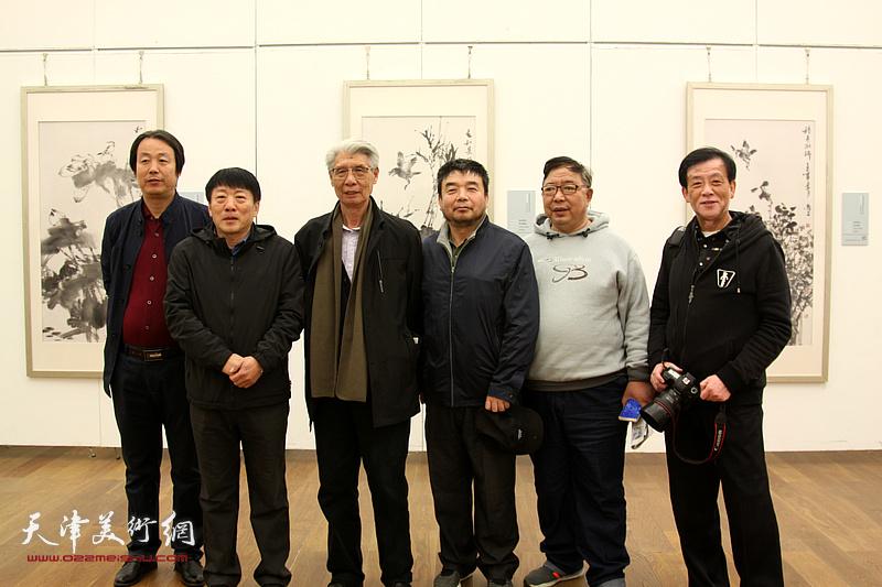 左起:孔宪江、高原春、杨德树、田军、李伟、王大成在展览现场。