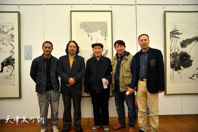 左起:姚铸、贾广健、孙贵璞、主云龙、范茗在展览现场。