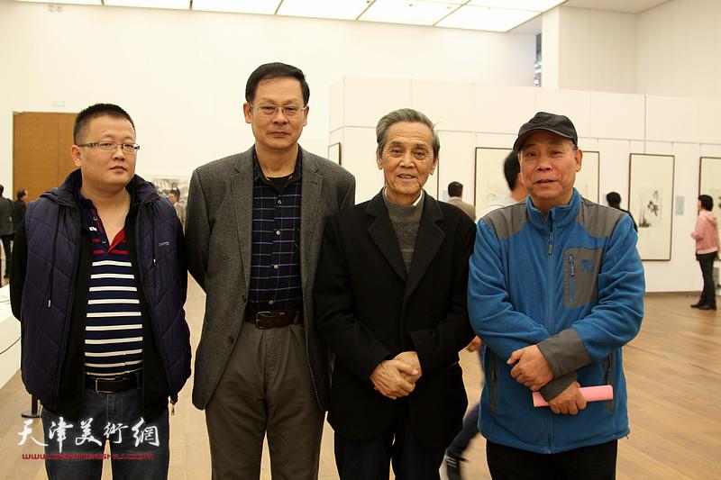 左起:翟宏斌、潘津生、曹德兆、郭凤祥在展览现场。