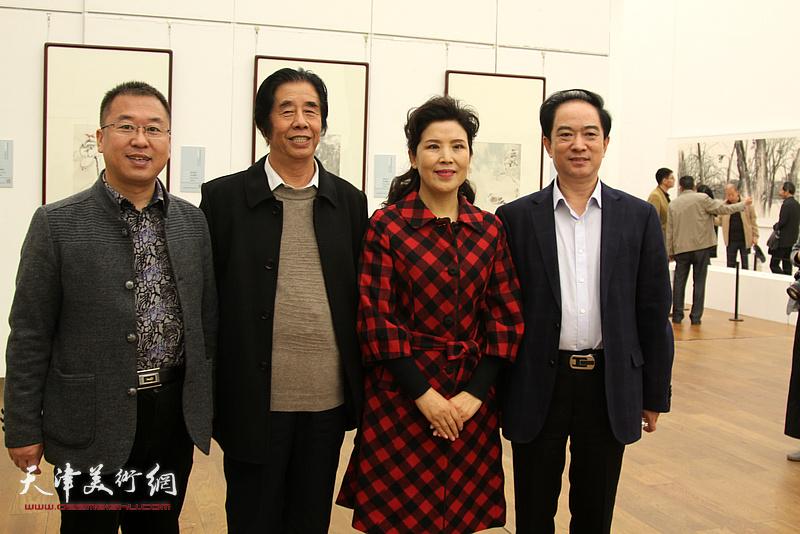 刘志永、薛卫林、陈春在展览现场。