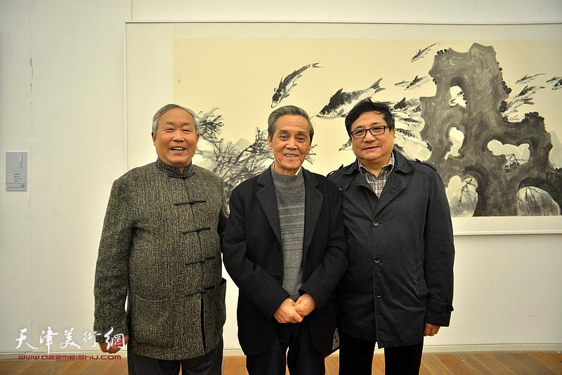 左起:唐云来、曹德兆、商移山在展览现场。