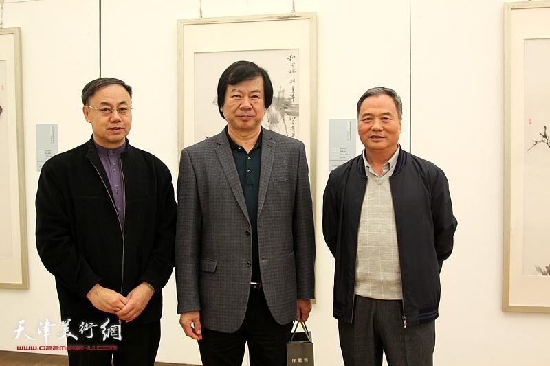 左起:李新禹、史振岭、邢立宏在展览现场。