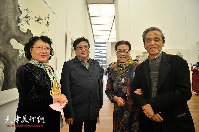 左起:刘正、商移山、王俊英、曹德兆在展览现场。