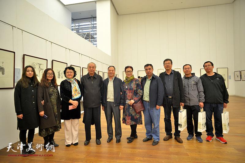 王振德、邢立宏、刘正、王俊英、程士杰等在展览现场。