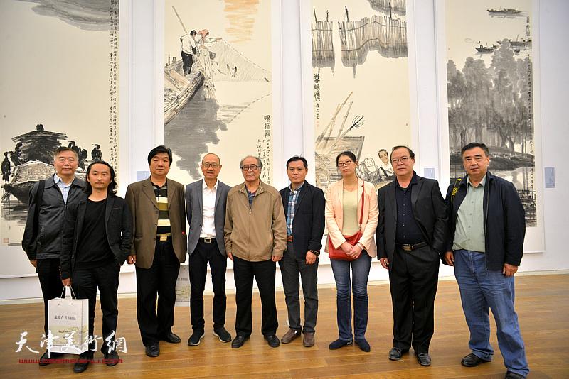 左起:朱来成、安士胜、翟洪涛、马驰、郭书仁、周文举、孙珂、杨长曙、程士杰在展览现场。