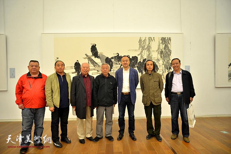 左起:范作彪、李建华、王俊生、阮克敏、柴博森、邱和法在展览现场。