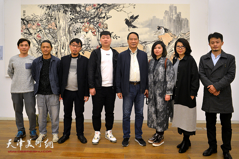 左起:李继强、姚铸、张枕石、房志鹏、马寒松、王霞、顾素文、张大玮在展览现场。