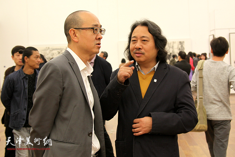 左起:马驰、贾广健在展览现场。