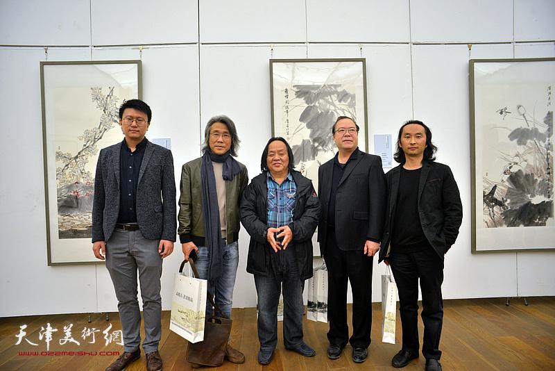 左起:张超、赵均、蔡群、杨长曙、安士胜在展览现场。