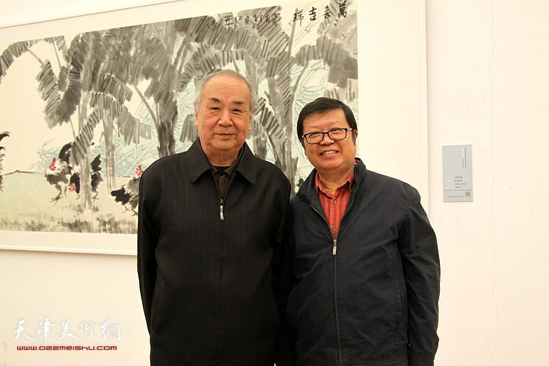 左起:王振德、萧珑在展览现场。
