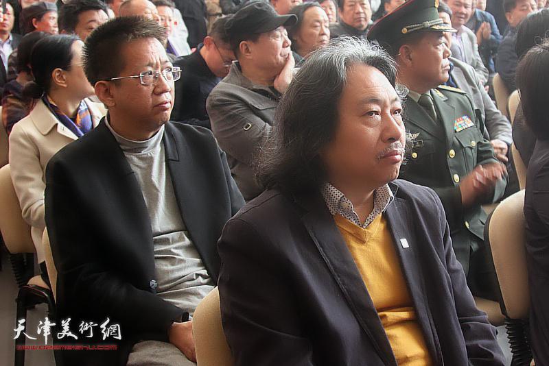 李毅峰、贾广健在展览现场。