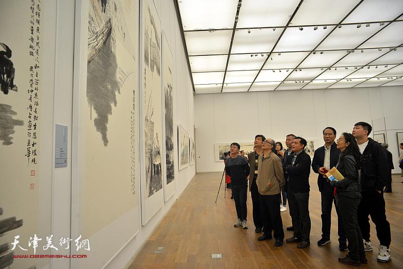 郭书仁、马寒松、卢永琇、翟洪涛、周文举等观赏展出的画作。