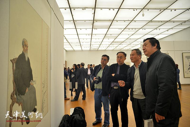 邢立宏、孙玉河、李新禹、程士杰观赏展出的画作。