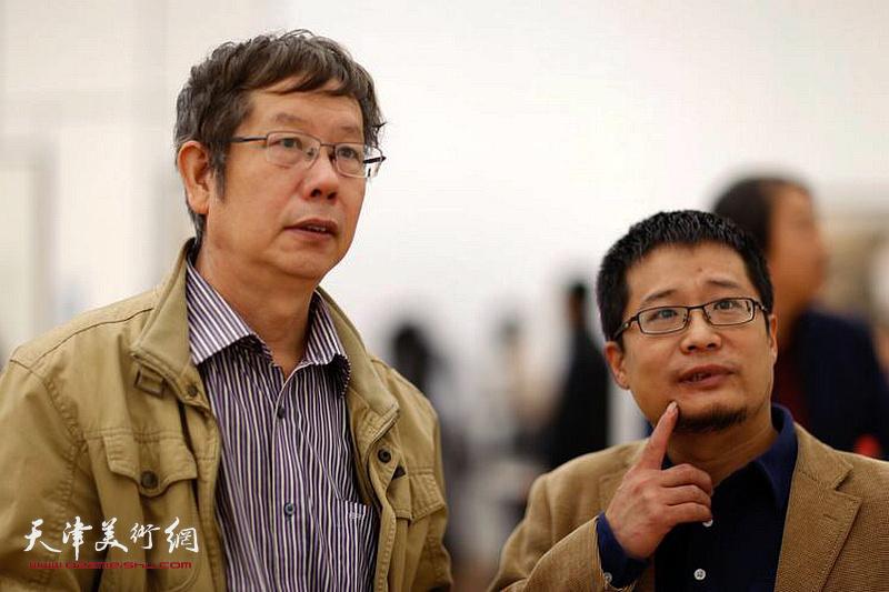 王春涛、阎勇观赏展出的画作。