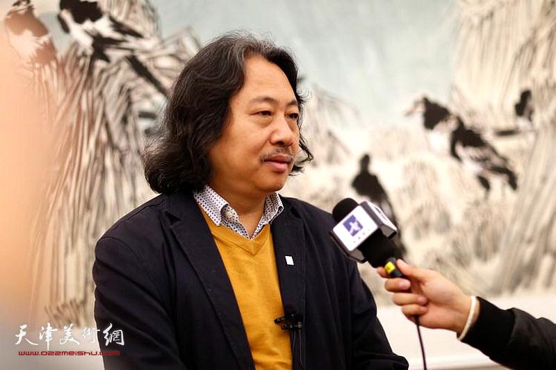 中国国家画院教学部主任、天津画院院长贾广健在现场接受媒体采访。