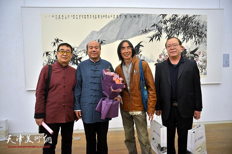孟庆占与卢津艺、杨长曙及来宾在展览现场。