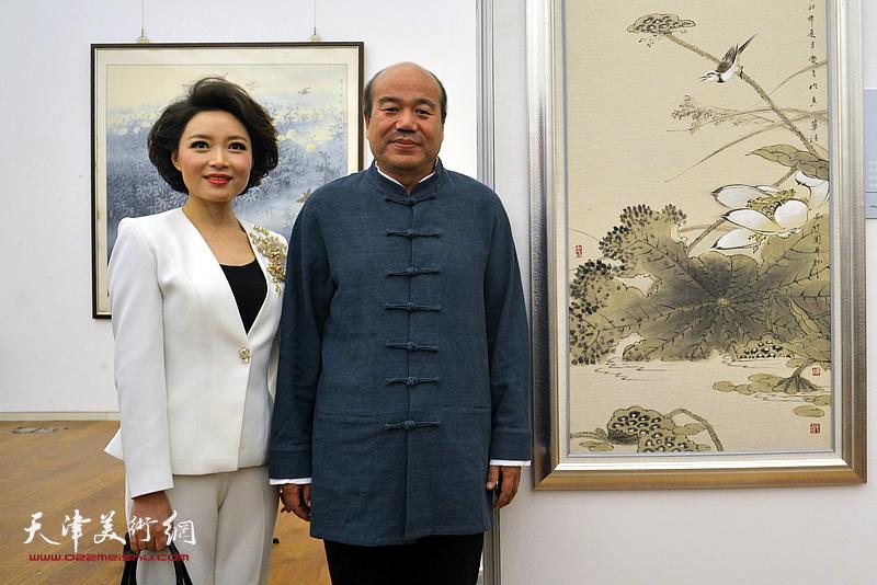 孟庆占与李茜在展览现场。