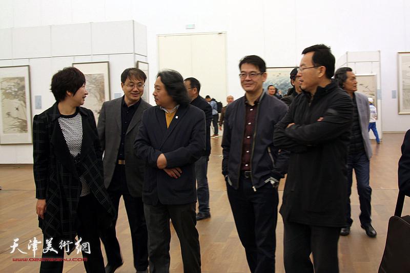 杨君毅、贾广健、张桂元、张春燕等观赏展出的作品。
