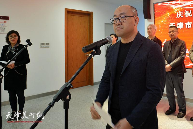 肖洪涛代表参展作者发言