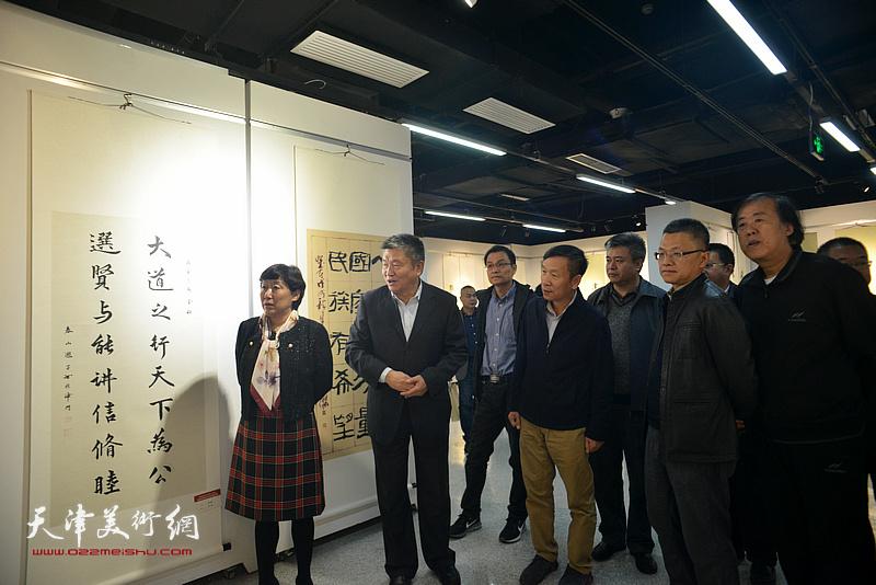 杨志庆、李丽君、张建会、邵佩英、窦宝铁、薛卫林在展览现场参观作品