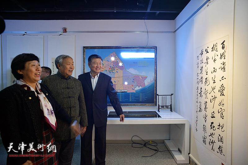李丽君、唐云来、窦宝铁在展览现场参观作品