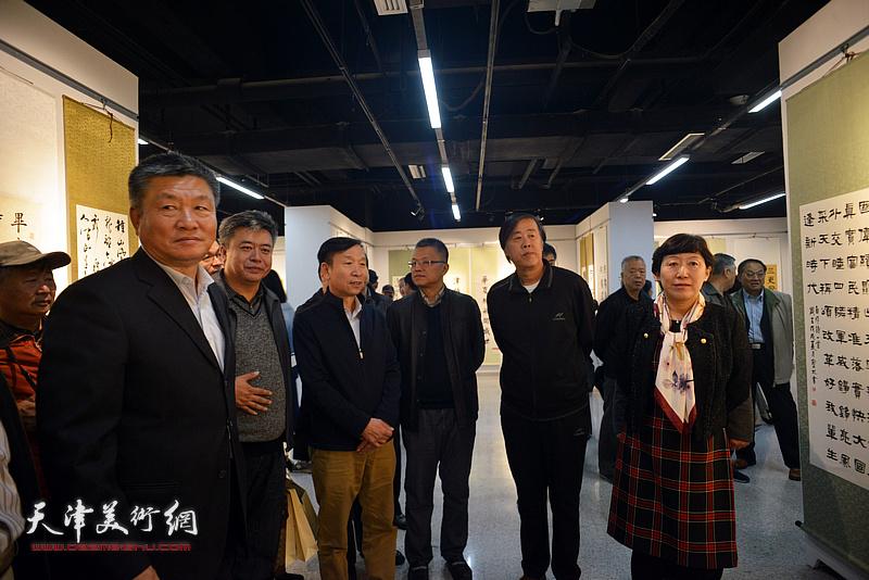 杨志庆、李丽君、张建会、邵佩英、窦宝铁在展览现场参观作品。