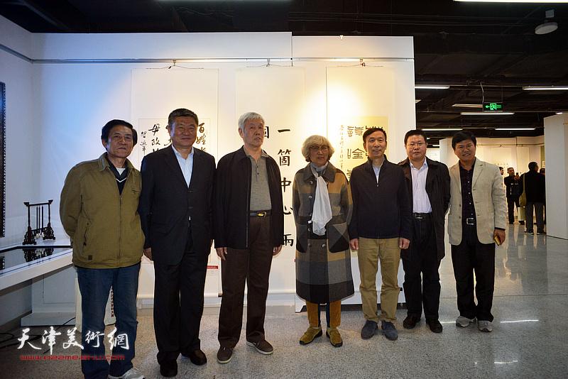 左起:刘巨升、窦宝铁、袁健民、顾颖之、张建会、怀远、田树仁在展览现场