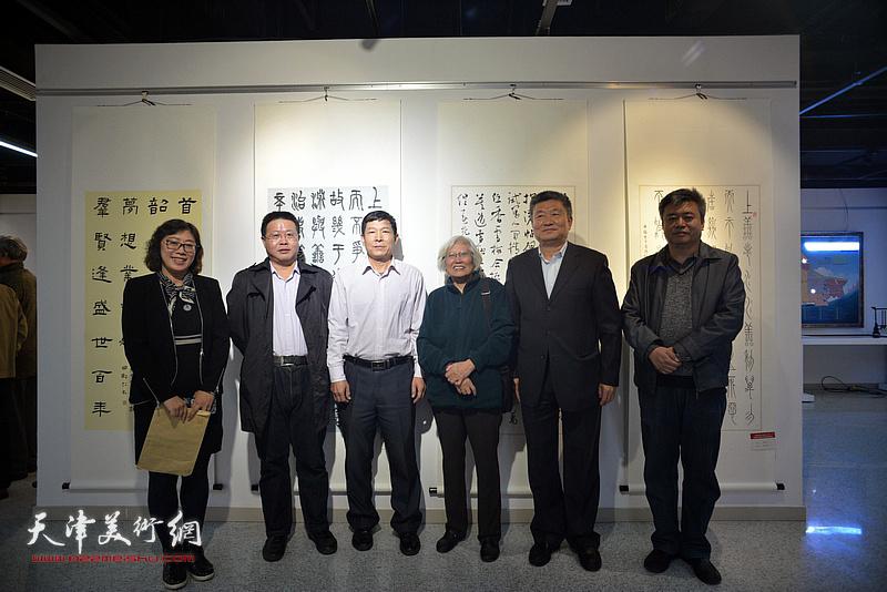 左起:张海莹、怀远、刘国柱、刘春雨、窦宝铁、崔希鹏在展览现场。