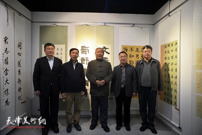 左起:窦宝铁、张建会、唐云来、薛卫林、崔希鹏在展览现场。